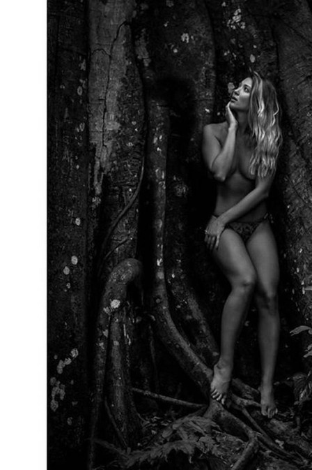16.nov.2015 - Aos 20 anos, Dixie Pratt posou de topless em um ensaio fotográfico e disse que nem todo nude precisa ser vulgar. Ela publicou algumas imagens em seu Instagram