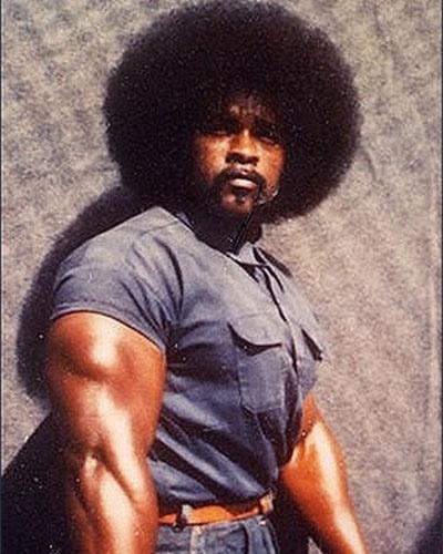 Em 1969, Stanley Tookie Williams III (foto) e Raymond Washington fundaram a Crips, uma gangue de rua nascida no subúrbio de Los Angeles, Estados Unidos. A gangue era formada por jovens negros que disputavam territórios e rivalizavam com outras gangues, como os Bloods, inimigos mortais dos Crips, além de gangues de hispânicos e supremacistas brancos. Em 1979, Stanley matou três pessoas em um mercado durante um assalto, e acabou condenado à pena de morte pelo crime. Em 2005, após anos de pedidos de clemência e adiamentos da pena, Stanley finalmente recebeu a injeção letal. Ao longo dos anos, ele se disse totalmente arrependido dos crimes, e escreveu livros sobre violência, gangues e redenção