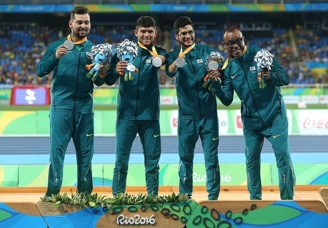 12.set.2016 - Alan Fonteles, Petrúcio Ferreira, Yohansson do Nascimento e Renato Cruz (da esquerda para a direita) foram prata no revezamento 4 x 100 metros T42-47