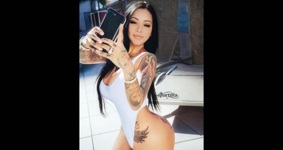 17.mar.2017 - A beldade também é adepta de maiôs e biquínis sensuais. Nas imagens, ela sempre realça os atributos e mostra tatuagens que cobrem o corpo todo