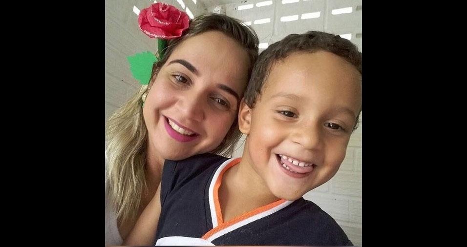Mamãe Cláudia com o filho Henrique, de João Pessoa (PB)