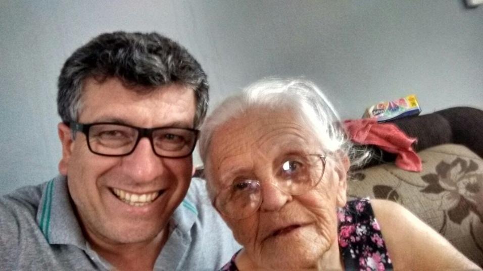 Luis posou com a vovó Dirce, de 94 anos, na casa dela. Eles são de Piracicaba (SP)