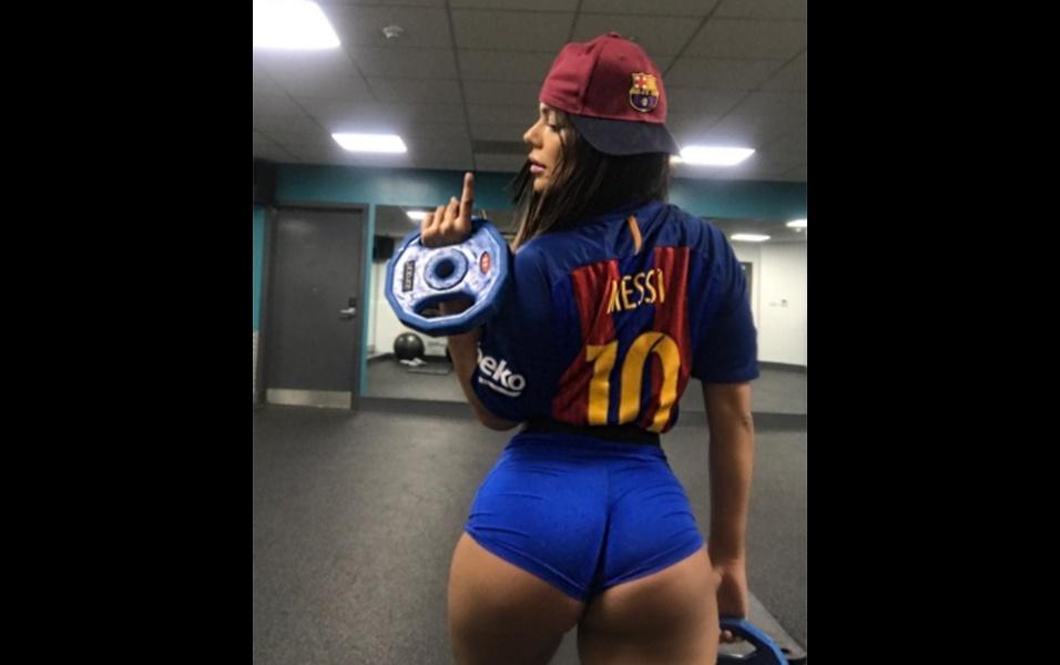 """31.jul.2017 - """"Vamos comemorar em grande estilo a vitória em cima do Real Madrid"""", escreveu Suzy Cortez em sua conta no Instagram em uma série de fotos vestindo as cores da equipe espanhola"""
