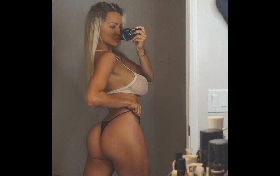 """5.out.2017 - A modelo Lindsey Pelas postou uma selfie em que aparece de fio dental exibindo o bumbum. """"Uma selfie do bumbum em frente a um espelho com uma câmera digital... Tão vintage (clássico)"""", escreveu a gata de 26 anos, sem deixar claro se a foto é atual ou antiga"""