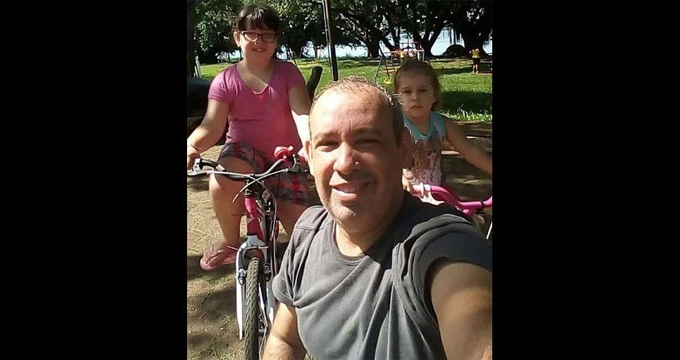 Camila, de Itapuí (SP), enviou foto do papai Clayton com as filhas Caroline e Maria Clara
