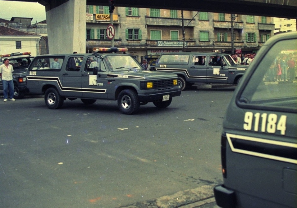 2.out.1992 - Policiais da Rota chegam à Casa de Detenção do Carandiru, para conter a rebelião no pavilhão 9