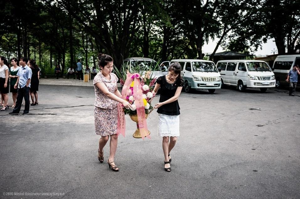 """53. """"Assim como os deuses do Antigo Testamento, o presidente eterno da Coreia do Norte, Kim Il-sung, espera ser cultuado. Assim, há um fluxo interminável de pessoas com flores para colocar aos pés de sua estátua. Bem, meu pai foi preso pelos comunistas por se opor a eles, então eu não trouxe flores"""""""