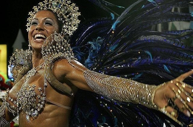 2.fev.2008 - A dançarina reverencia o público em seu primeiro desfile como madrinha de bateria da Império de Casa Verde