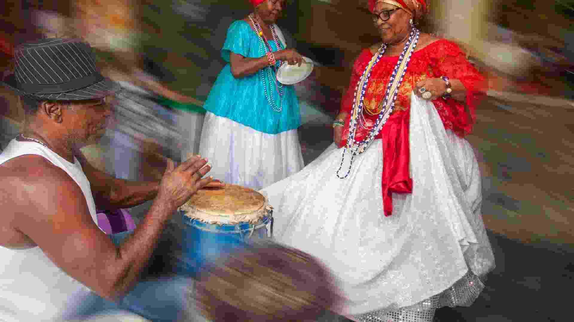Da esquerda para a direita, o percussionista Mário Peres, as baianas Raimunda Nonata de Souza e Zélia Maria Paiva Souza aquecem os batuques e passos para mais uma apresentação com o Samba Chula de São Braz - Dario Guimarães Neto/BOL