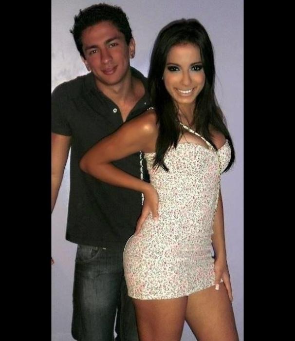Anitta faz pose ao lado do irmão, Renan, em foto de família