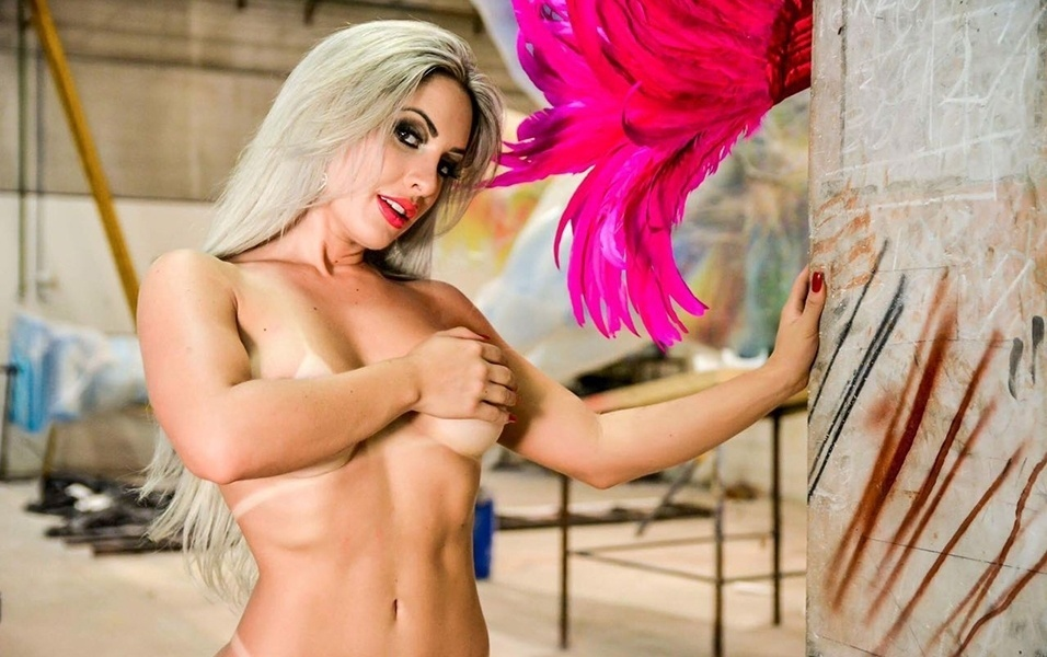 """20.fev.2017 - Iara Ferreira diz que sua fantasia para o desfile é inspirada em uma borboleta, e ela virá com pouca roupa para a avenida. """"Quero causar e ser o centro das atenções. A minha estreia no Carnaval não vai passar em branco"""", dispara"""