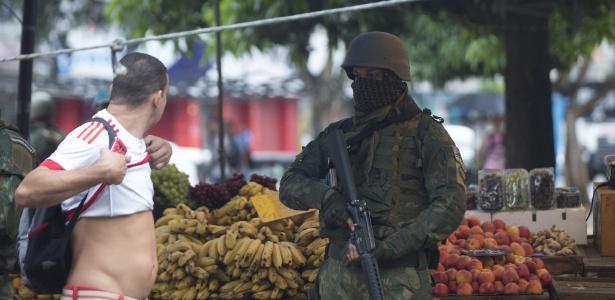 23.fev.2018 - Forças Armadas revistam população da Vila Kennedy, na zona oeste do Rio - Danilo Verpa/Folhapress