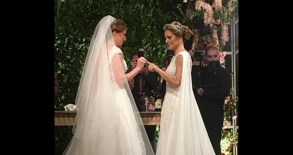 10.mar.2018 - A troca de alianças entre Roberta Gradel e Priscila Raab
