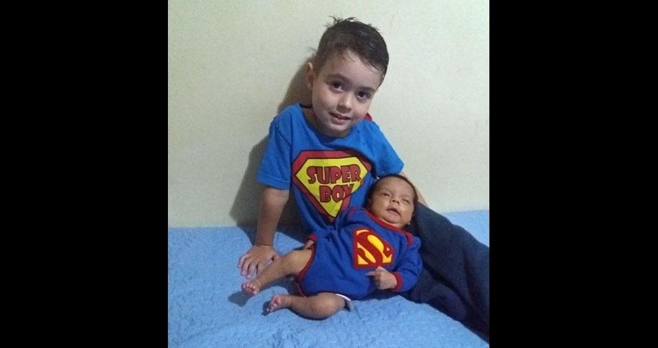 Aline enviou foto dos filhos Diogo e Gabriel
