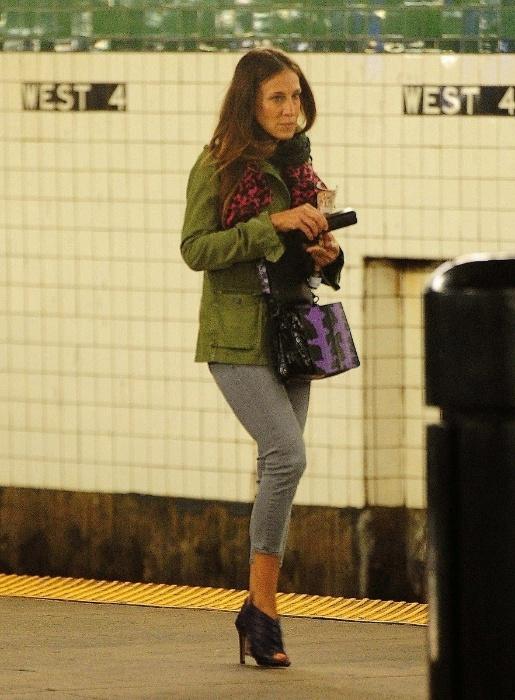 29.jul.2015 - Sobre o salto alto, a atriz Sarah Jéssica Parker é fina até na hora de esperar o transporte público