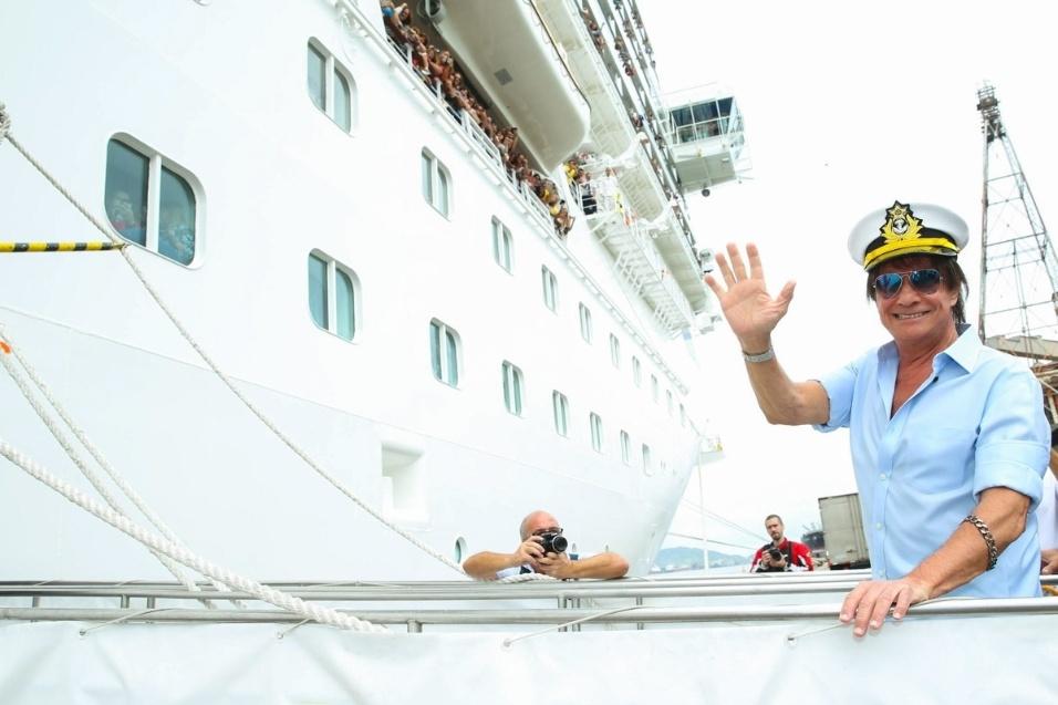 20.jan.2016 - Usando quepe de marinheiro, Roberto Carlos posa para fotos ao embarcar em navio no Porto de Santos. Pelo 12º ano, o cantor apresenta seu repertório no Projeto Emoções em Alto Mar, cruzeiro marítmo que dura quatro dias