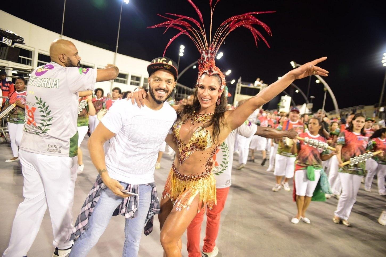 22.jan.2016 - Belo posa Gracyanne Barbosa no Sambódromo, em São Paulo. O cantor foi prestigiar o desfile de Gracyno ensaio técnico da X9 Paulistana