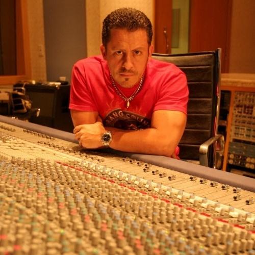 """O produtor Rick Bonadio (acima, em foto de 2007) foi o responsável por """"descobrir"""" a banda Mamonas Assassinas. Rick conheceu o grupo após produzir o álbum da Utopia. Após ouvir músicas que Dinho gravou por brincadeira em seu estúdio de madrugada (mais precisamente, a letra de """"Pelados em Santos"""", com a voz meio a Reginaldo Rossi), o produtor viu a oportunidade e incentivou a repaginação da banda, mudando para músicas mais divertidas e, por fim, mudando inclusive o nome do grupo. Para quem não sabe, Rick é o tal do """"Creuzebek"""", que Dinho cita em algumas canções"""