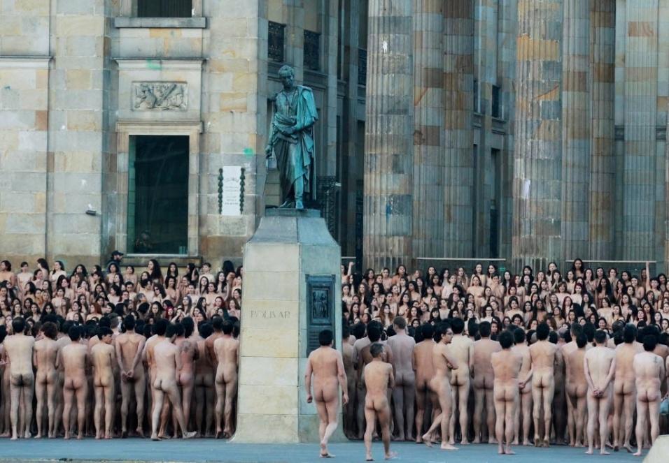 6.jun.2016 - Mais de 6 mil colombianos posaram nus para ensaio do fotógrafo norte-americano Spencer Tunick, na praça Bolívar, em Bogotá, na Colômbia. Tunick é conhecido internacionalmente pelas fotos de multidões nuas, sempre em nome da paz