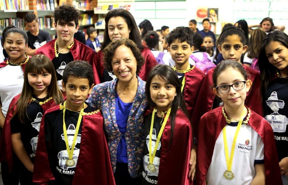 Alunos usam medalhas e capa após escolherem amigos literários e assumirem suas cadeiras na Academia Estudantil de Letras