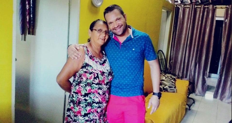 Jair Rocha com sua mãe Maria das Dores, de Maraial (PE)