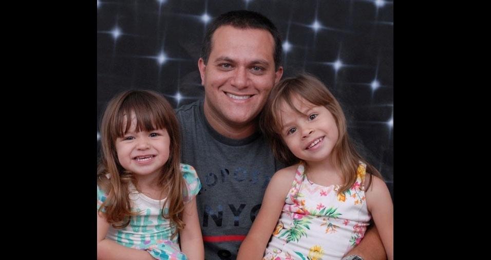 Maria Luiza, quatro anos, e Laura Maria, cinco anos, com o papai Diogo Altimimo Ribeiro de Almeida, de Osasco (SP)