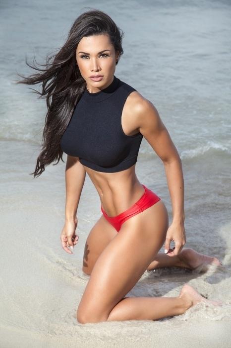 5.ago.2015 - Na imagem, a bailarina do 'Domingão do Faustão' Fernanda D'avila mostra boa forma em praia de Miami, nos Estados Unidos