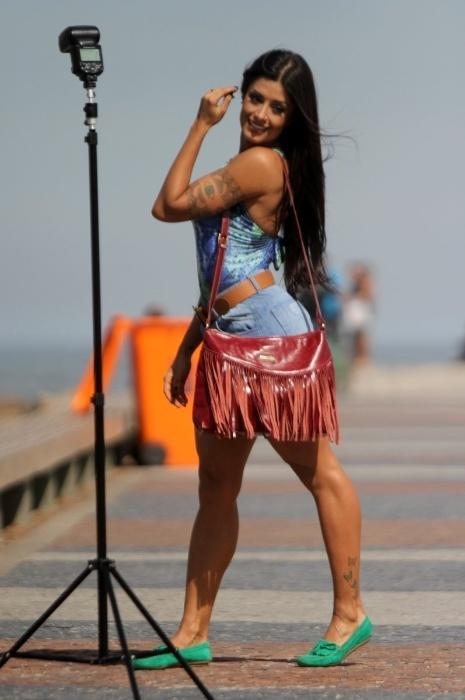 18.ago.2015 - Em outras poses, a bailarina Aline Riscado mostra simpatia de shortinho e body colorido em ensaio fotográfico na Barra da Tijuca, no Rio de Janeiro