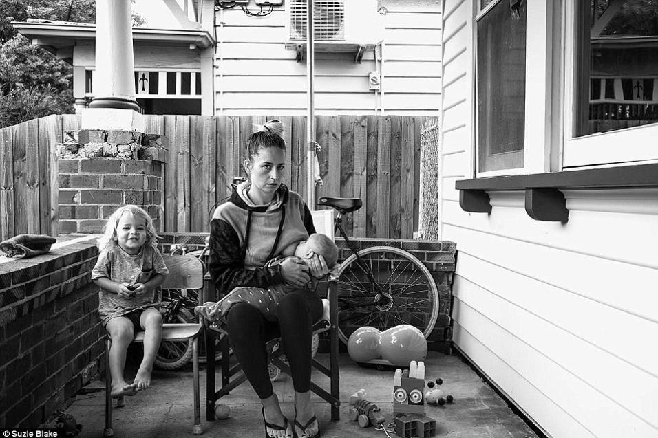 17.nov.2015 - A fotógrafa australiana Suzie Blake resolveu fazer um ensaio para demonstrar a realidade da amamentação vivida na maternidade. Cansada de imagens montadas, Suzie optou por retratar o cansaço, os cabelos desarrumados e o verdadeiro sentimento das mães. As informações são do Daily Mail