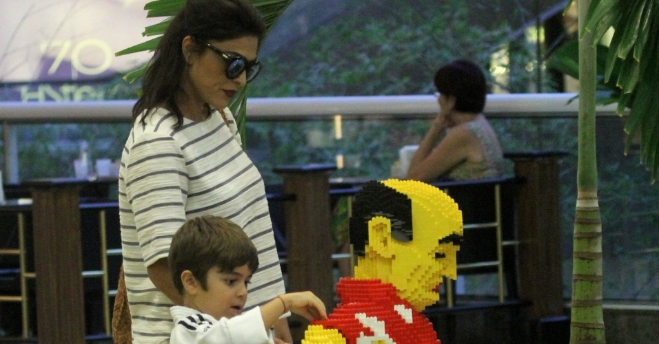 14.mar.2016 - Pedro, de 5 anos, brinca com escultura de brinquedo em shopping no Rio de Janeiro. O garoto ajudou a mãe, a atriz Juliana Paes, durante as compras