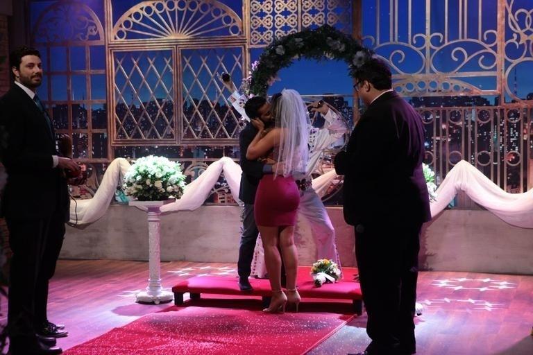 """7.abr.2016 - Após o sim, Thammy Miranda beija Andressa Ferreira no palco do programa """"The Noite"""", do SBT, que realizou uma cerimônia de casamento para o casal"""