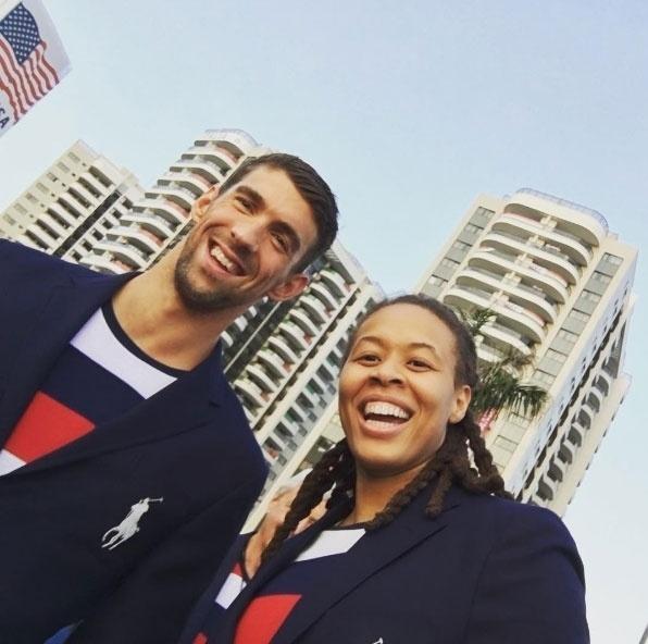 A jogadora de basquete norte-americana Seimone Augustus é uma das atletas que reforçam o time da diversidade nas Olimpíadas. A atleta é casada com a atriz LaTaya Varner. Na imagem acima, Seimone ao lado de Michael Phelps durante os Jogos da Rio-2016