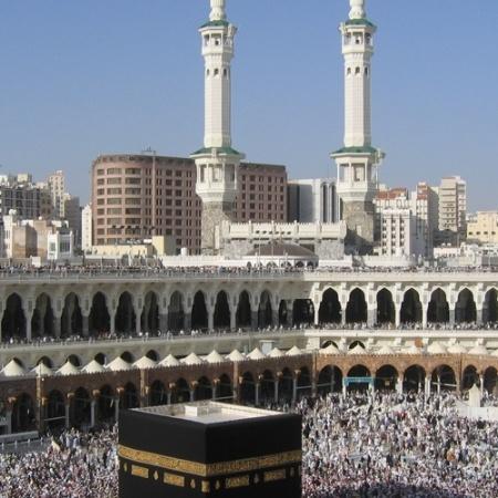 A Mesquita Sagrada de Meca, na Arábia Saudita, comporta 900 mil pessoas. Nos últimos anos, as visitas foram reduzidas em função da pandemia - Reprodução/bellanaija