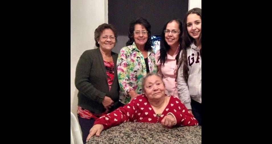 """Rosicler Cruz com a avó Aguimar Novaes da Silva, que completou 90 anos e que vive em Osasco(SP): """"Sua neta vive de saudades em João Pessoa (PB) e lhe parabeniza com mil beijos!"""""""