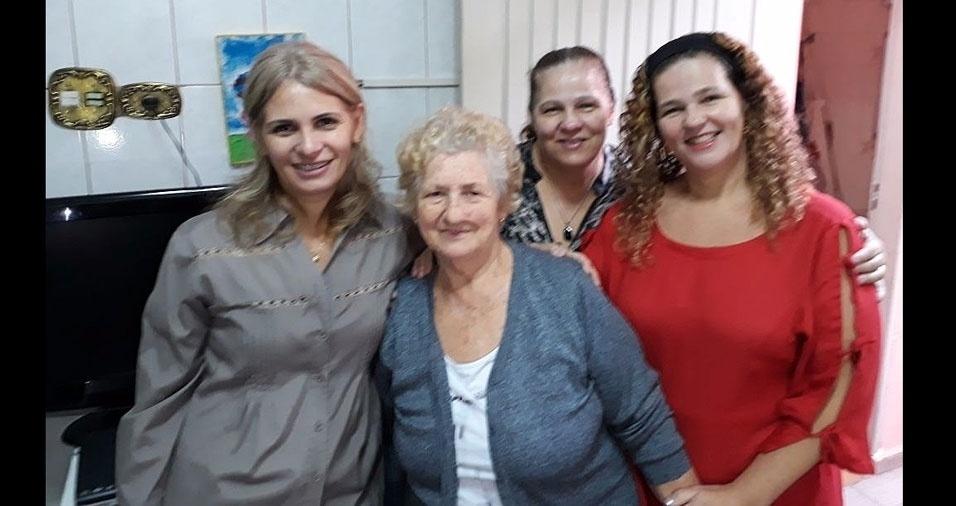 """Mariane e suas irmãs Cristhiane e Regiane homenageiam a mamãe Maria: """"Parabéns pelo seu dia!"""""""