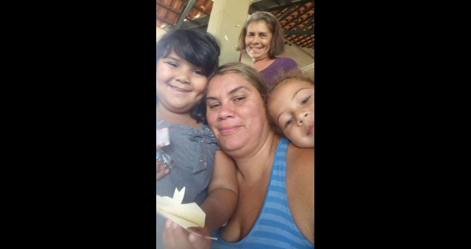 """""""Minha rainha, minha mãe Elizia Elvira Pinheiro Vitalino"""", conta Flávia Roberta, que está também com as filhas Rafaella e Fernanda"""