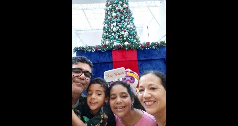 Valter Santos Lima posa com a família em decoração de Natal em Pindamonhangaba (SP)
