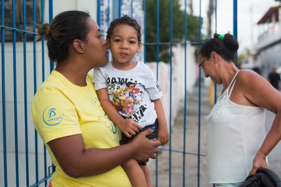 """Germana Soares - UMA - Um mês e dois dias após o nascimento de Guilherme, Germana estava na fila de um exame com o filho quando conheceu Gleisi, mãe de uma menina com microcefalia, que fundou a UMA (União de Mães de Anjos) com ela. Ali ela percebeu que ela não precisava se esconder. """"O que me fez, na realidade, abrir para todo mundo, abrir para sociedade, dar a minha cara a tapa, foi a coragem das outras mães"""", disse"""