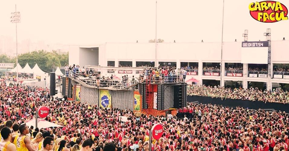 43. O maior número de casais se beijando simultaneamente foi registrado no Brasil, em maio de 2014, no evento Carnafacul. Foram 13.577 duplas trocando saliva ao mesmo tempo.