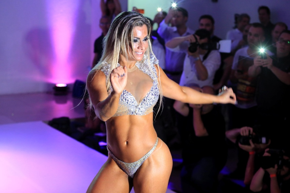 9.nov.2015 - Dani Sperle samba durante performance musical no Miss Bumbum 2015