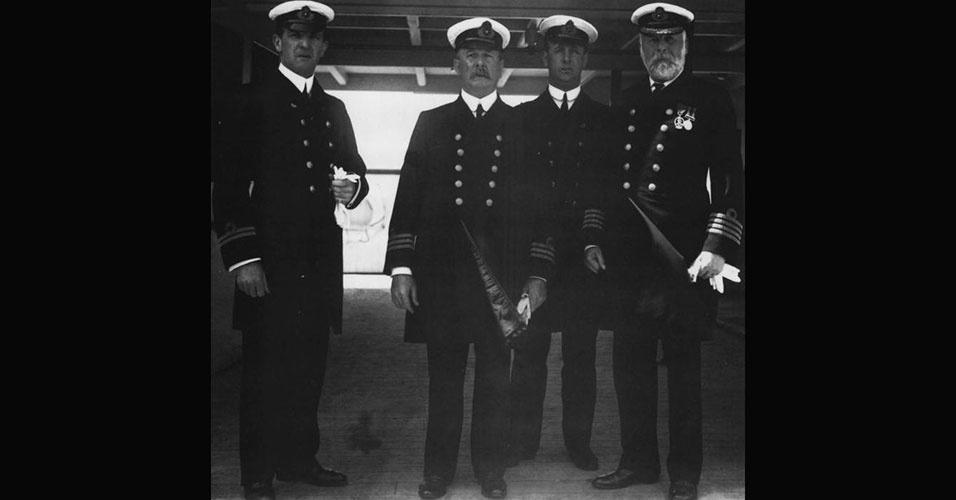 O experiente capitão Edward Smith (à dir.), de 62 anos, era quem comandava o RMS Titanic