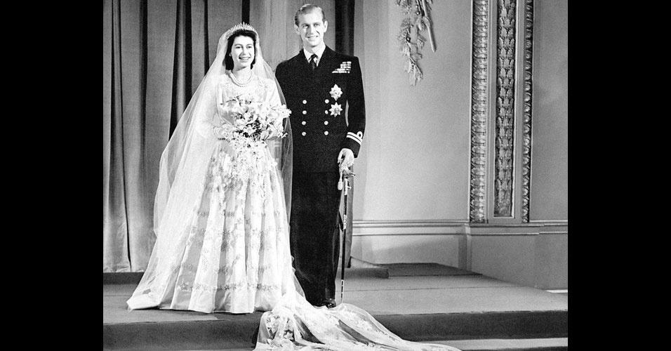 18. A rainha Elizabeth 2ª e seu marido, Príncipe Philip, Duque de Edimburgo, são primos de terceiro grau, trisnetos da rainha Vitória. Eles se casaram na Abadia de Westminster em 20 de novembro de 1947, quando receberam 2.500 presentes vindos de todo mundo