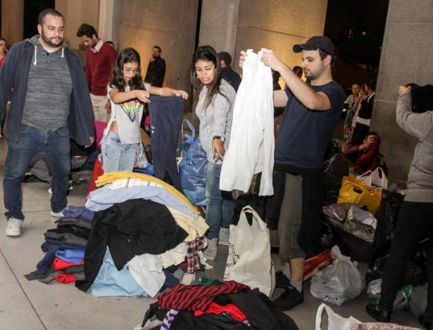 Durante o inverno de 2016, voluntários de São Paulo dobram as roupas que foram doadas