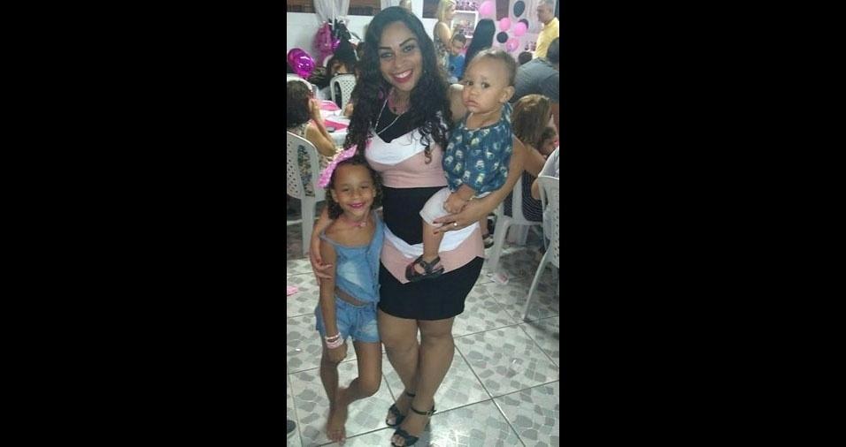Marcelle Brito de Carvalho e seus filhos Julia Vitoria e Pyetro, do Rio de Janeiro (RJ)