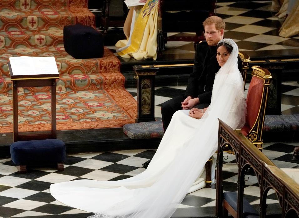 Os noivos ficaram sentados diante do reverendo que celebrou o casamento real