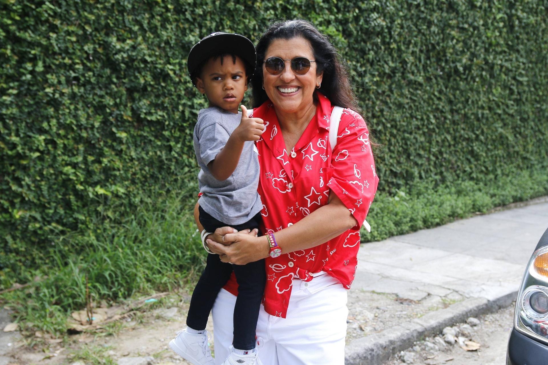 6.dez.2015 - A apresentadora Regina Casé levou o filho adotivo, Roque, para o festejo das filhas de Glória Maria no Rio de Janeiro. O garotinho foi adotado em 2013 com o marido, Estevão Ciavatta
