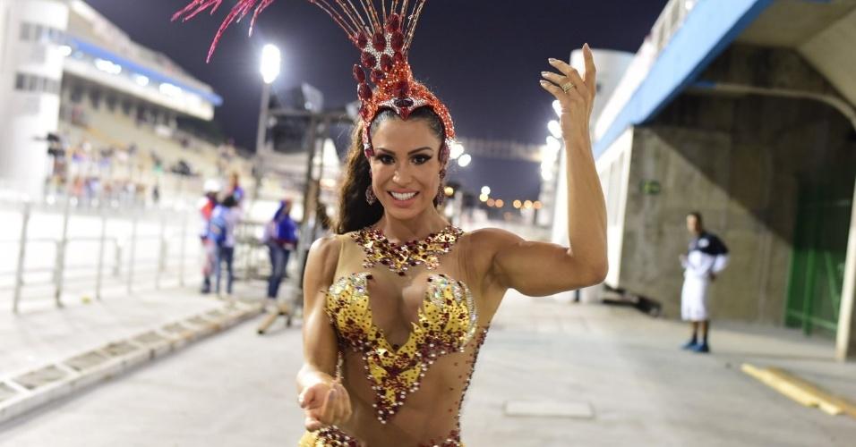 22.jan.2016 - Gracyanne Barbosa mostra suas curvas e seu gingado no ensaio técnico da X9 Paulistana no Sambódromo, em São Paulo. A musa foi acompanhada de Belo, que só ficou registrando a simpatia da amada