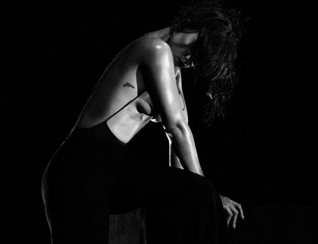 30.mar.2016 - Rihanna aparece nua em imagens do novo clipe Kiss It Better