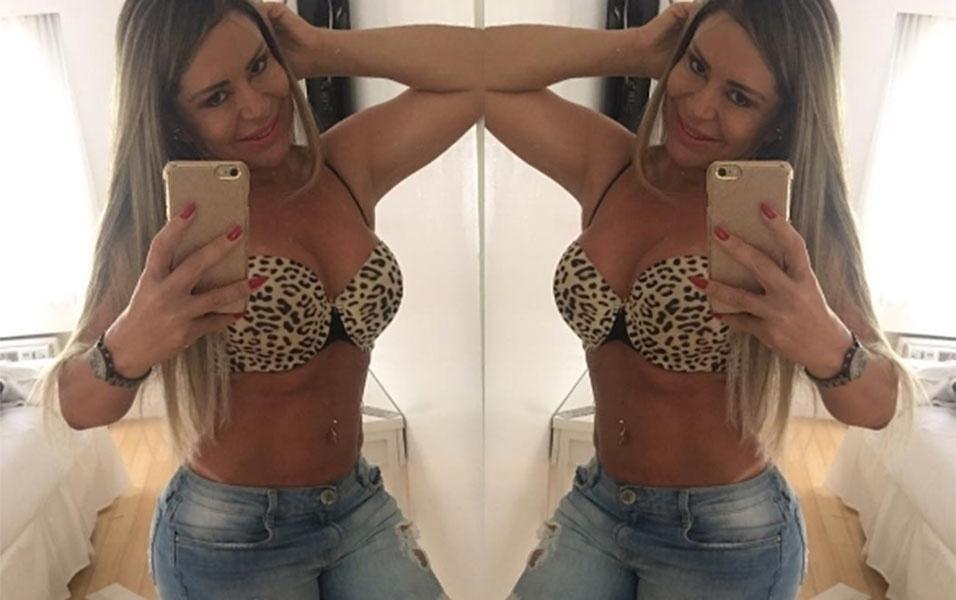 """8.jan.2016 - Aproveitando o clima de Miami, nos Estados Unidos, ex-atriz pornô Cleo Cadillac deu um bom dia sensual aos fãs. De sutiã e calça jeans, a loira tirou uma foto na frente do espelho. """"Good morning (""""bom dia"""", em inglês)"""", escreveu ela na legenda da imagem"""