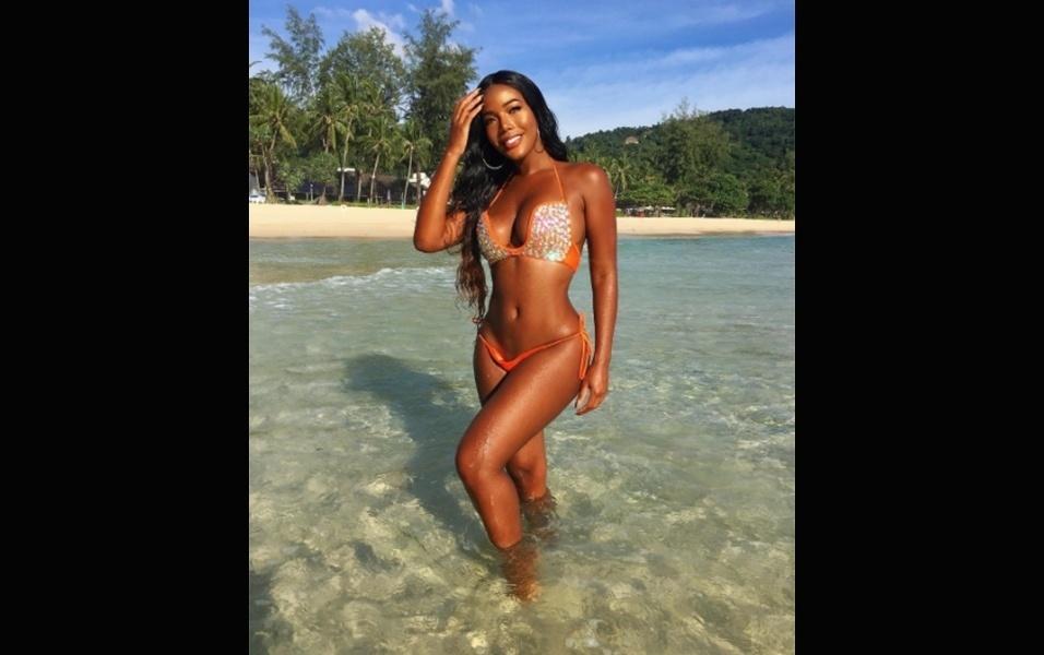 21.jul.2017 - As férias de Monifa na Tailândia acabaram. Agora só restarão as praias caribenhas para a musa desfilar o seu corpaço de biquíni...